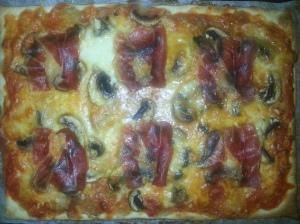 pizza de champiñones, mozzarella y jamón serrano