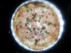 Pizza de salmon ahumado y alcaparras