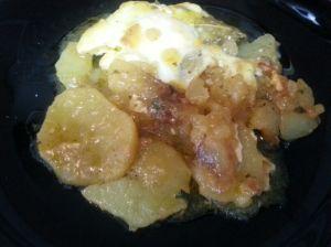 Patatas con caldo de verduras y huevos escalfados