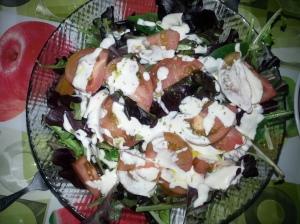 """Ensalada de """"brotes verdes"""" con salsa de arándanos, mostaza y miel"""