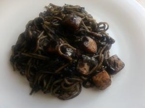 Espaguetis con pota de calamar en su tinta