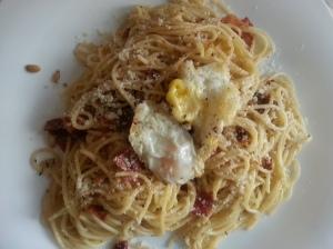 Espaguetis con tomates secos y piñones