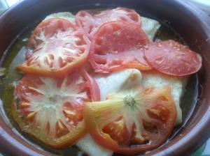 Merluza horneada al limón con tomate
